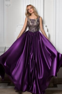 OKSANA MUKHA - spoločenské šaty model 16-1047 - nádherná fialová farba sukne s prepracovaným vrchným dielom umocňuje celkový dojem a exkluzívny dizajn týchto spoločenských šiat. Dostupná veľkosť 38-40.
