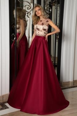 OKSANA MUKHA - spoločenské šaty model 16-1053 - spoločenské šaty, kde jedinečnosť vzoru vyšívaného jemného tylu použitého na vrchnú časť šiat zvýrazňuje podšitý korzet bledej farby, farebný odtieň sukňovej časti len podtrhuje geniálny cit návrhárky pre celkové zladenie svojich modelov. Dostupná veľkosť 38-40.
