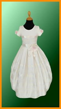 model EMILY - veľkosť 134, farba KRÉMOVÁ - Romantické detské šatočky pre malú družičku, v ktorých sa bude pekne vynímať popri neveste. Šaty sú riešené v modernom strihu s krátkymi rukávmi. Sú v peknej maslovej farbe s netypickým zdobením, doplnené jemnými ružovými kvietkami.