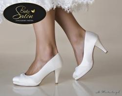 Model HANNAH je krásny a štýlový, špička so skrytou platformou je zdobená veľmi vkusnou štrasovou ozdobou. Táto ručne vyrábaná svadobná obuv má skryté penové vypchávky a veľmi mäkkú koženú stielku pre mimoriadne pohodlné nosenie. Výška podpätku: 8 cm.