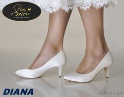 Model DIANA sú jednoduché, ale ohromujúco krásne topánky v klasickom štýle. Tento nadčasový klasický model nikdy nesklame a na nohách bude vždy vyzerať skvele. Táto ručne vyrábaná svadobná obuv má skryté penové vypchávky a veľmi mäkkú koženú stielku pre mimoriadne pohodlné nosenie. Výška podpätku: 6 cm.