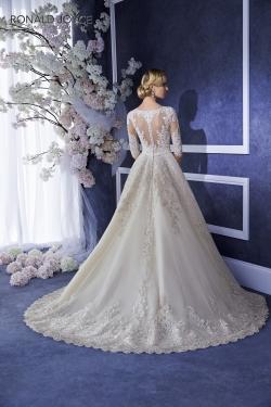 Model EILIYAH z kolekcie RONALD JOYCE - veľkosť 36 - cena : 350,- €. Nádherné svadobné šaty od renomovaného výrobcu z Veľkej Británie v bielej farbe. Šaty sú vo veľmi dobrom stave. V prípade záujmu Vám šaty upravíme na postavu.